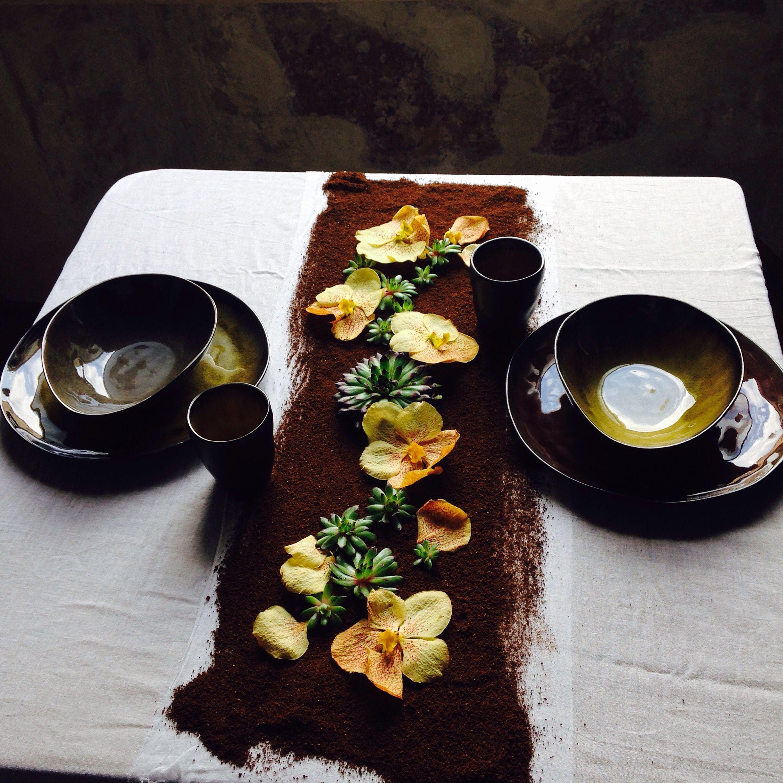 Flower runner - coffee and vanda - plates: Serax Coll. Pure  Ca' degli Uberti Mantova