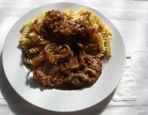 Für das Zwiebelfleisch die Zwiebeln in Ringe schneiden und in reichlich Fett anrösten. Paradeisermark einrühren, gut durchrösten und mit Rotwein