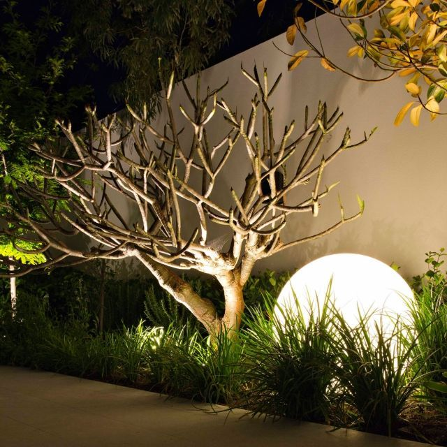 beleuchtung garten ideen led solar kugel baum gras garten pinterest beleuchtung garten. Black Bedroom Furniture Sets. Home Design Ideas