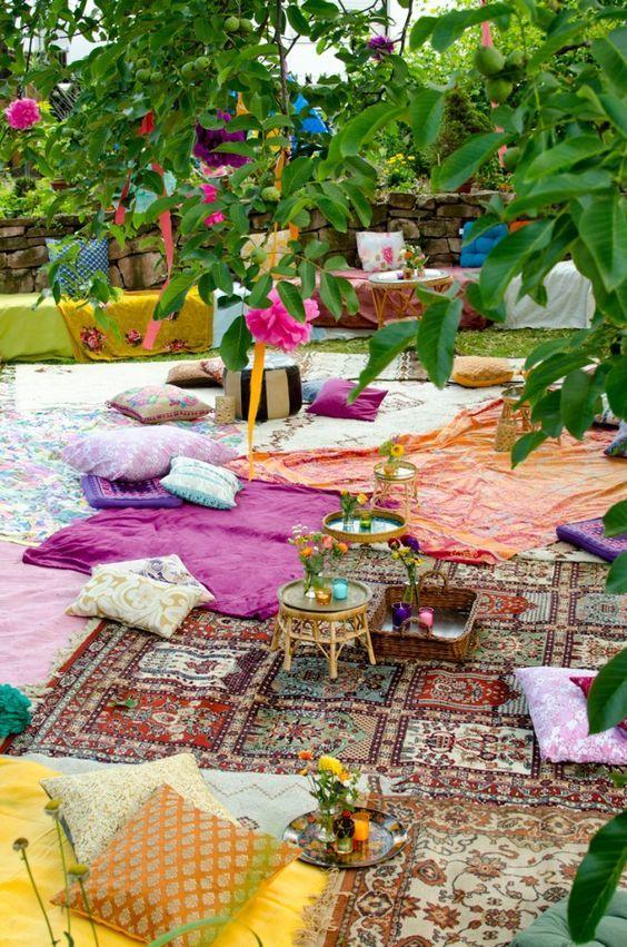 Orientalische Deko Im Freien Bunte Teppiche Deko Kissen Sommerhochzeit Hochzeit Garten Hochzeitsideen Im Freien