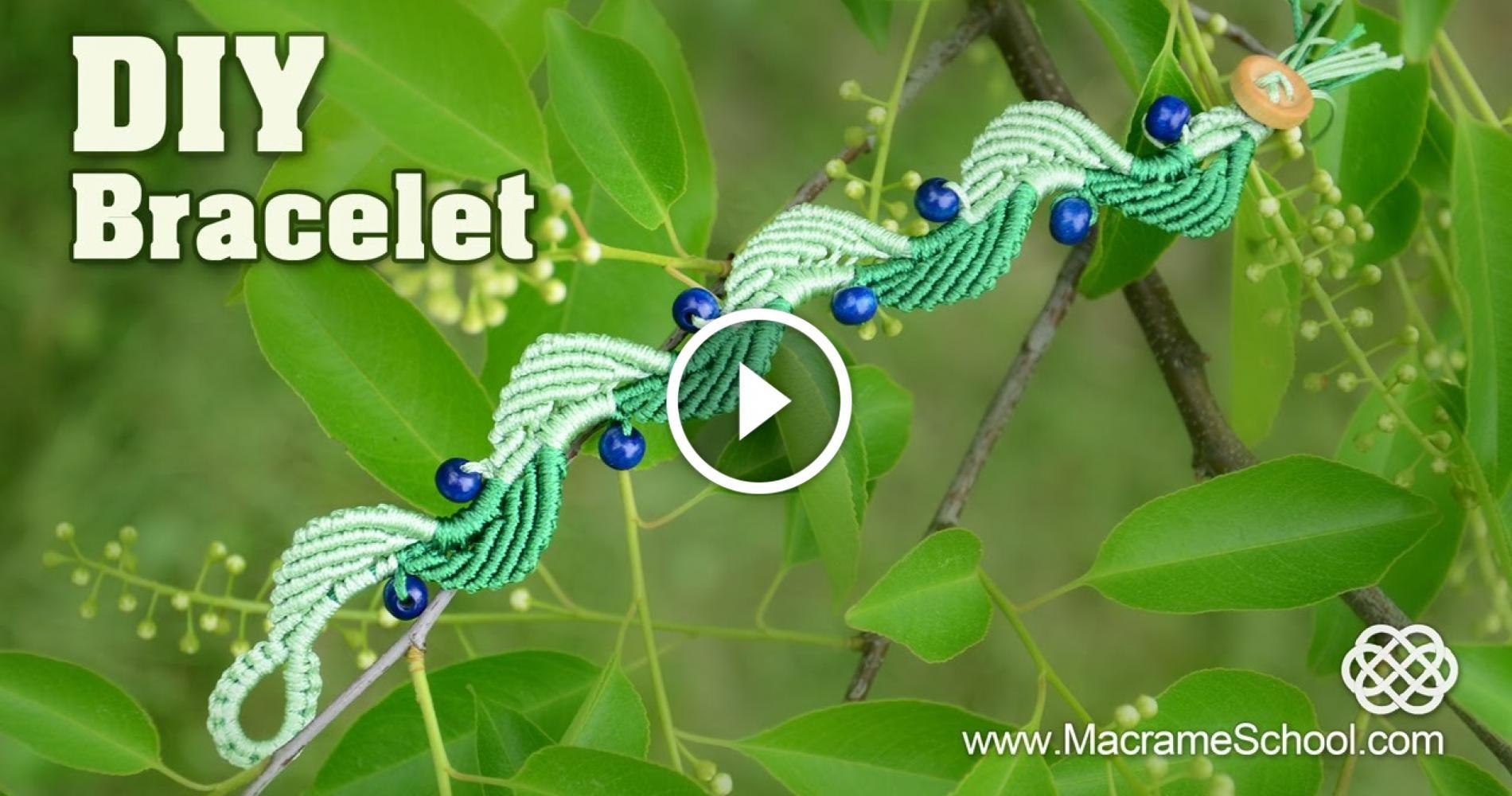 Rieccomi qui , ciao a tutti ,oggi girando tra i tutorial ho trovato questo braccialetto in macrame in 2 colori , 2 toni di verde molto piacevole .