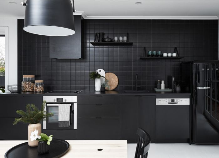 Nord house puro stile nordico in bianco e nero cucina nera