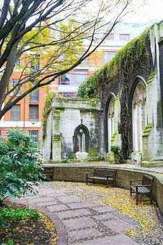 5-day London itinerary for first-time visitors. Perfect budget guide to see all the popular attractions in just five days. Love this photo of St. Dunstan in the East.