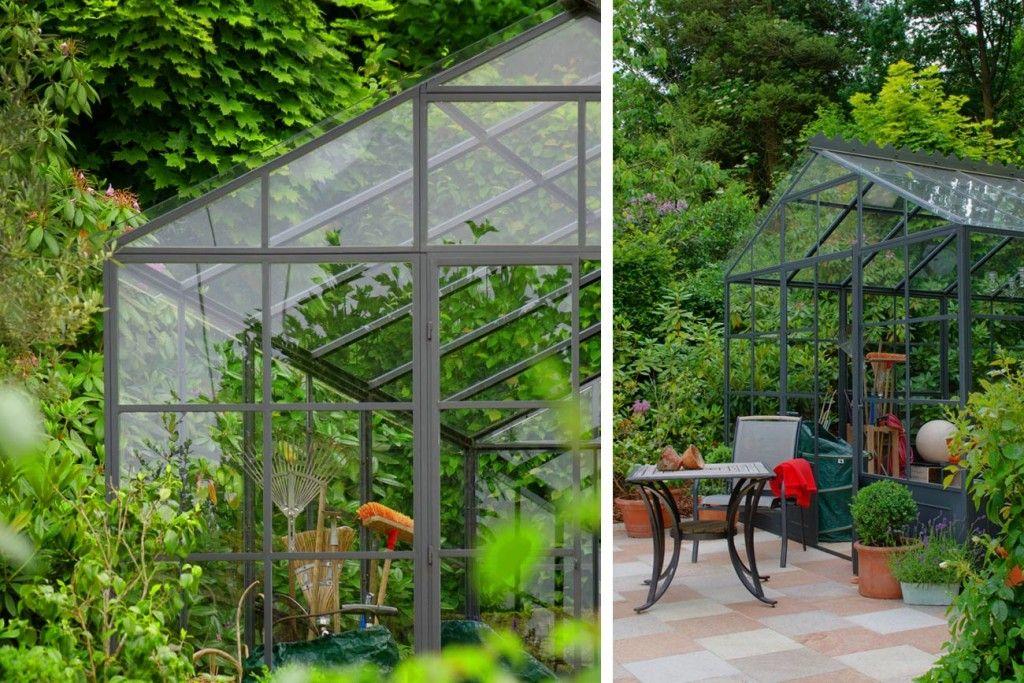Im Glashaus finden Gartengeräte und Polster für die