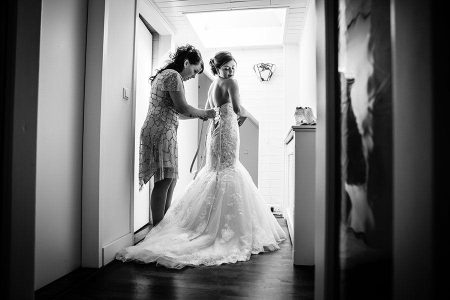 Bruid met moeder in bruidsjurk, zeemeermin bruidsjurk, mermaid wedding dress