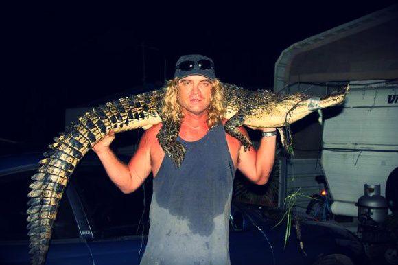 Austrálsky rybár netušil, že svoje narodeniny nestrávi na romantickej večeri s priateľkou, ale v chatke s dvojmetrovým krokodílom. (Foto: thetimes.co.uk) Viac na http://tvnoviny.sk/sekcia/zahranicne/archiv/rybar-stravil-narodeninovu-noc-s-tymto-obrovskym-krokodilom.html