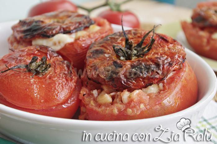 LA ricetta dei pomodori ripieni di pasta prosciutto cotto e asiago al forno è una vera bontà che potrete preparare sia per pranzo che per cena