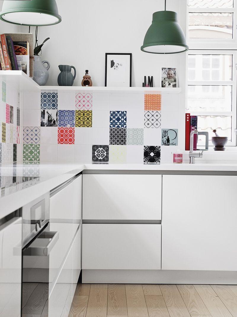 50 ideas para decorar con baldosas hidráulicas | Vinilo azulejos cocina, Decoración de cocina, Cocina blanca y negra