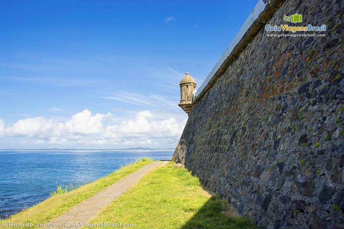 Imagem da trilha que possui em volta do Forte para admirar a paisagem de todos os ângulos.