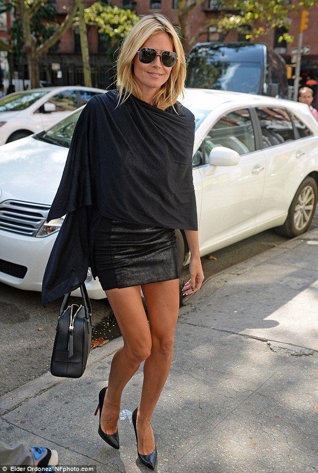 e380f0b6ad5bd Inspiración De Estilo · Lady in black  Heidi Klum shunned colour in New York  on Thursday in favour of