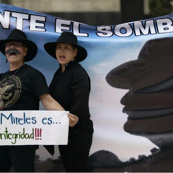 Protesta en DF por captura de Mireles, líder de autodefensas.  Exigimos liberación de Mireles y autodefensas presos. El Dr. José Manuel Mireles, fue detenido el pasado 27 de Junio en Michoacán. Liberen a Mireles y autodefensas presos Ya!!!!