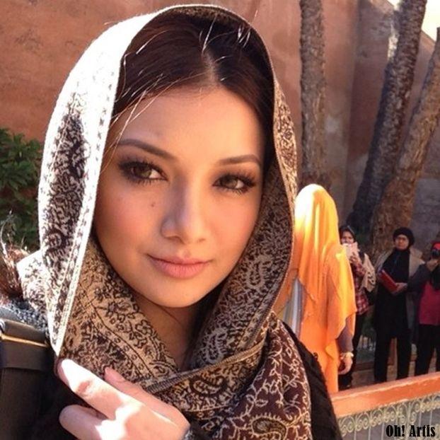 Neelofa Muslim Women Photography Poses For Men Beautiful Girl Image