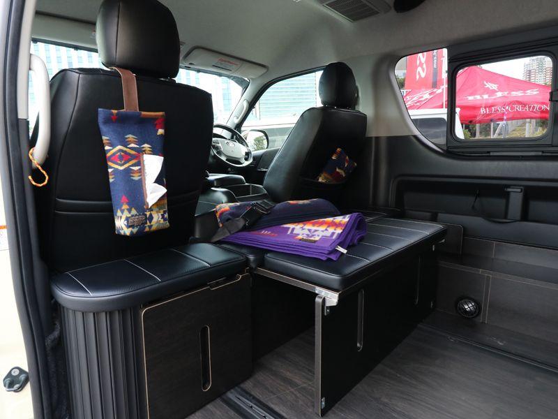 ハイエース200系ワゴン オットマン 足置きとしても使える 後ろ向きシート 横乗りシートの規制対応 新モデル です もちろん今後の車検も対応しております Toyota Hiace Wagon ハイエース ハイエース 内装 車インテリア