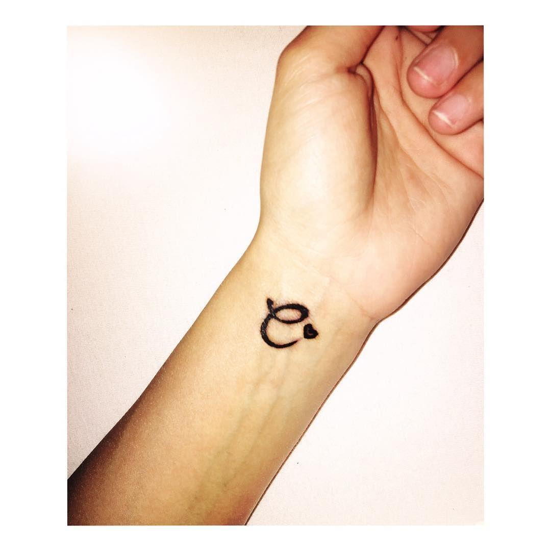 12 Tatuajes De Iniciales Perfectos Para Perpetuar El Amor Con Tu Pareja Tatuajes Iniciales Tatuajes Discretos Diseños De Tatuaje Para Parejas