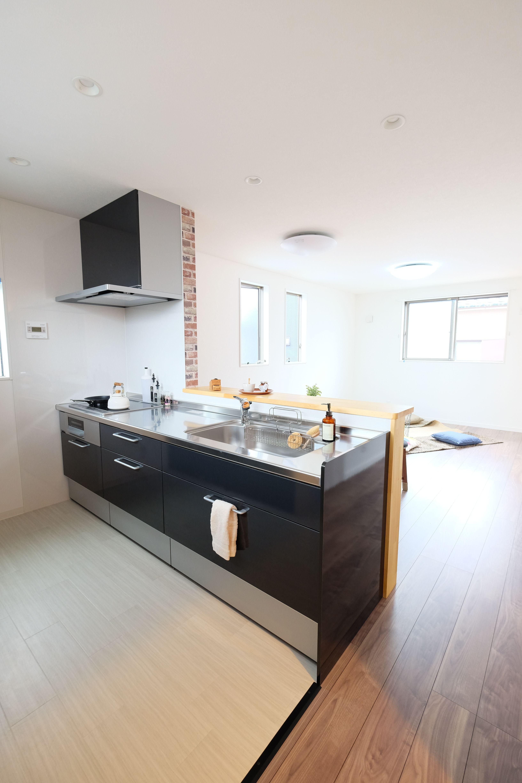 新築住宅 おうち 仕事場を楽しむ家 キッチンはlixilシエラ 黒いパネルが空間を引き締めています 黒いキッチン キッチン リビング レンガ