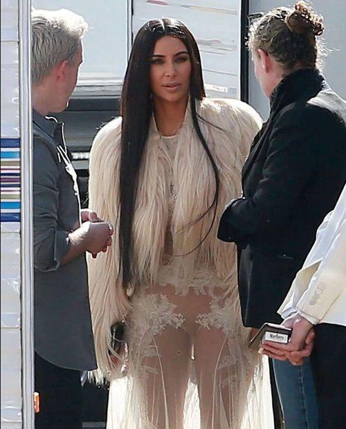 619c130a8 Kim Kardashian causa alboroto con su vestido transparente que usó sin ropa  interior