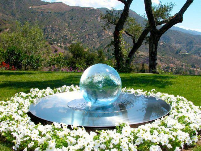 Wasserspiele-Garten-Kugel-Brunnen-Blumen-Rasenflaeche | Wasserschale ...