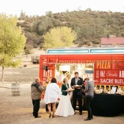 A food truck served bahn mi, mac  cheese, tomato soup, and french fries with creamy sriracha dipping sauce at the reception.