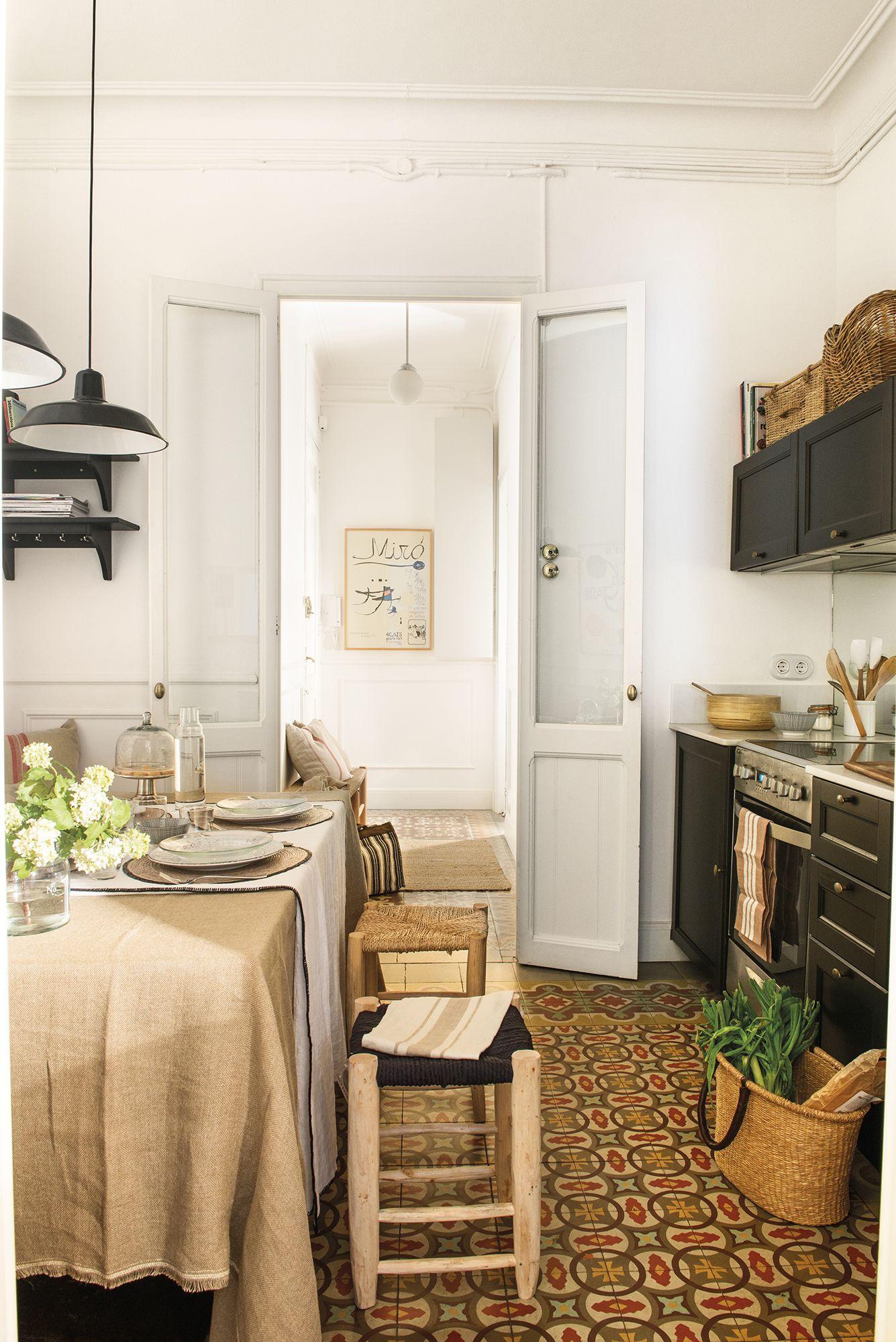La cocina en la entrada fue la soluci n a esta casa - Como decorar la entrada de un piso ...
