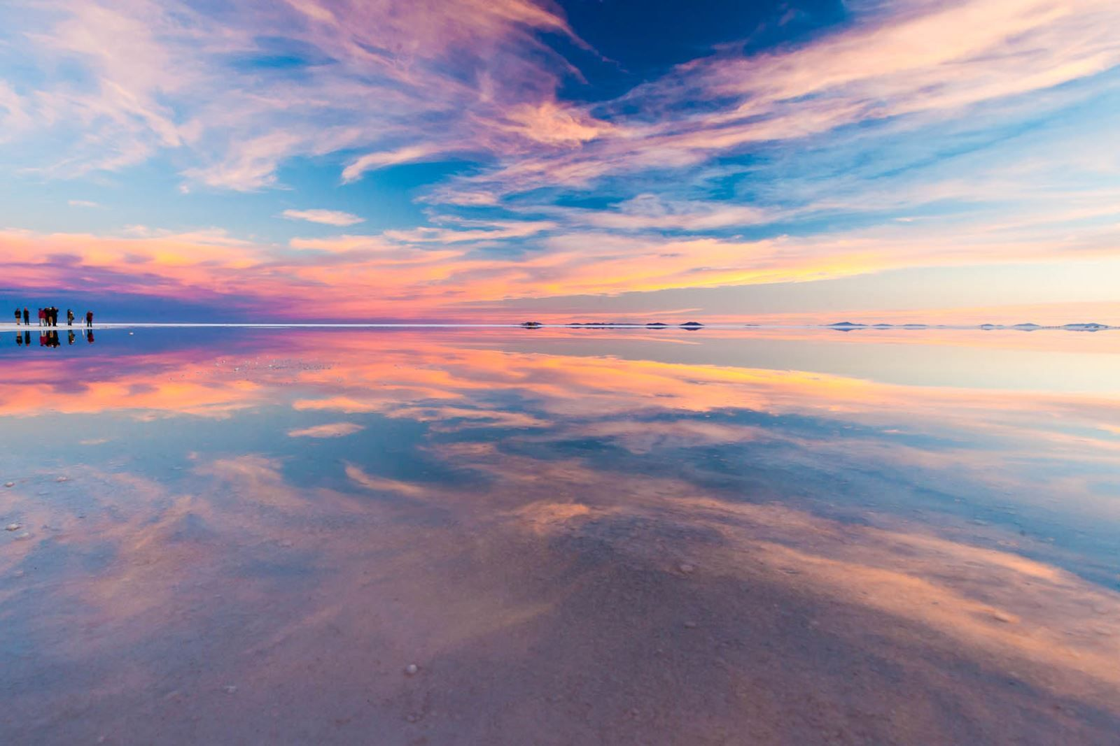 Vanity Australian photographer took pictures of landscapes with a huge mirror in the solonchak