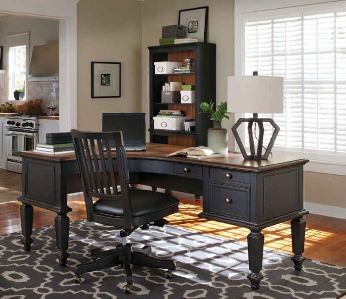 以圖書館、書房為設計主軸,規劃一系列書櫃、L型與ㄇ字型檯面寬敞的書桌椅,在家辦公或做為臨時工作區域,桌面寬度不再捉襟見肘。