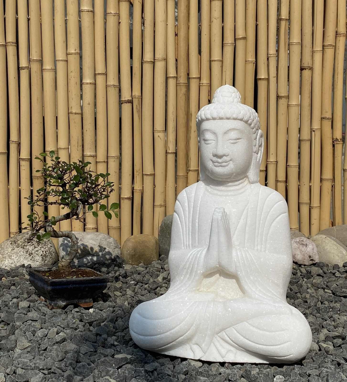 Buddha Statue Aus Weissem Marmorstein Namaskar Die Buddha Figur Aus Marmorstein Wurde Mit Der Betenden Handhaltung Darges In 2020 Lachender Buddha Buddha Figur Buddha