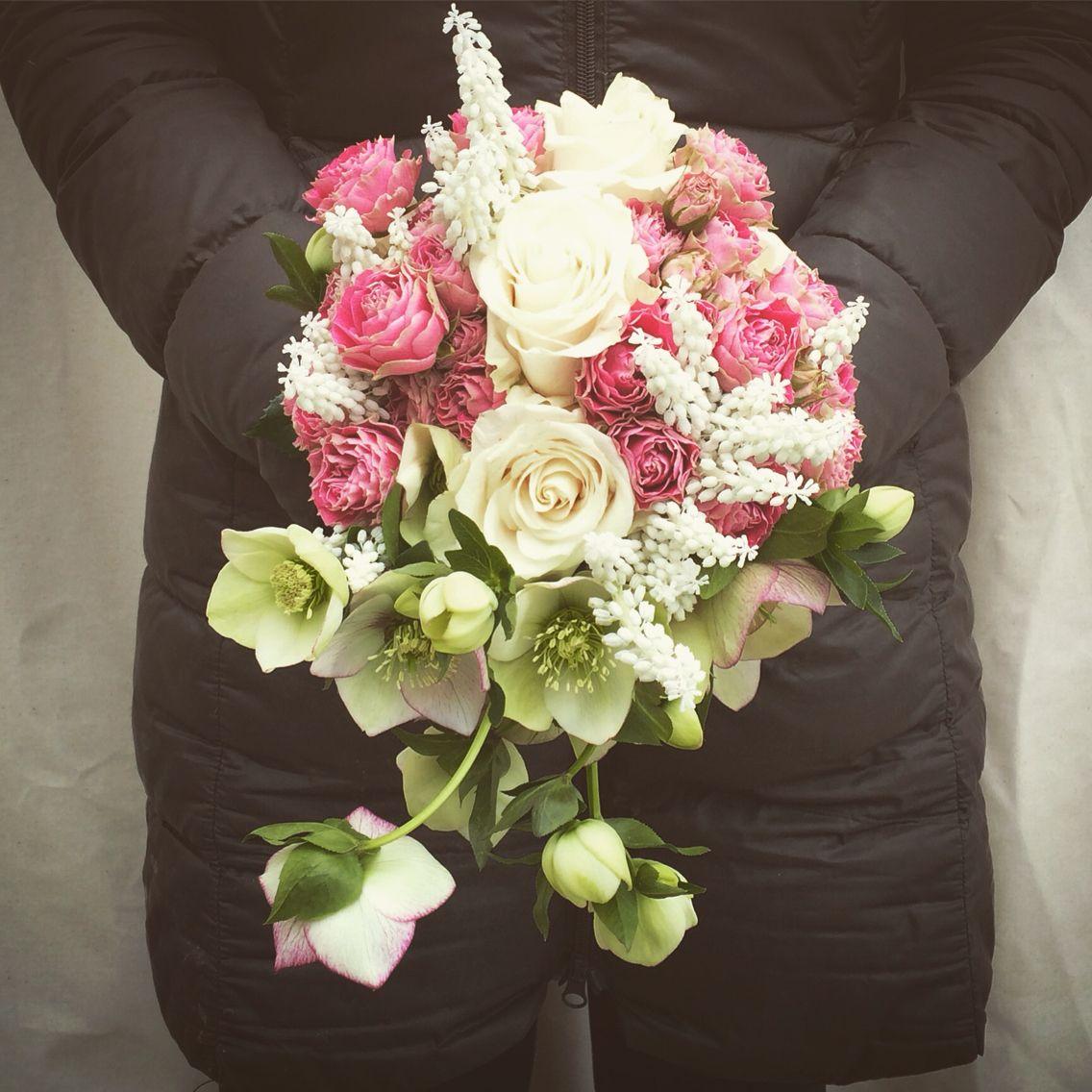 Bouquet Della Sposa.Bouquet Della Sposa Con Rose Muscari Bianchi Ed Elleboro Muscari