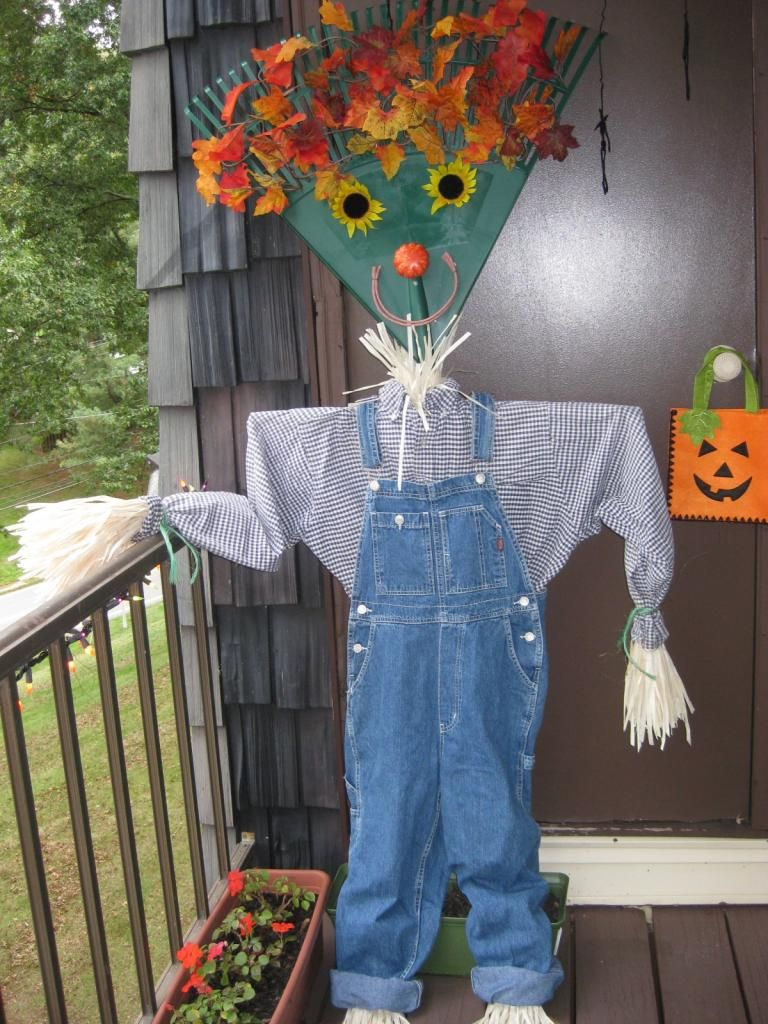 Put a rake to work…as a scarecrow! Taste of Home Community, I have so many old rakes this is too cool!
