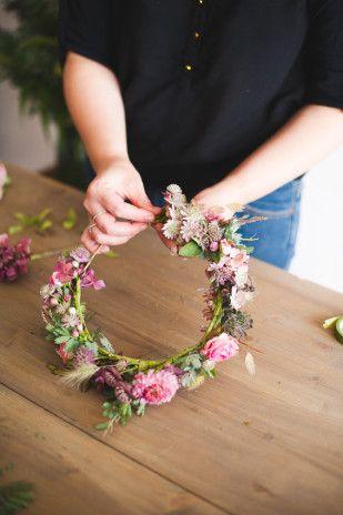 diy une couronnes de fleurs fraiches diy couronne de fleurs fleurs fra ches et couronne de. Black Bedroom Furniture Sets. Home Design Ideas