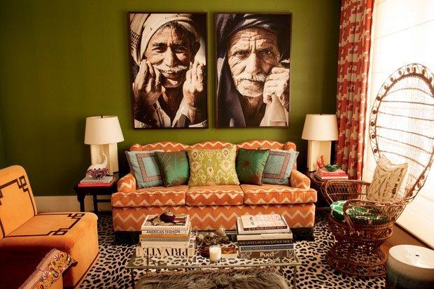 No living, destaque para a poltrona peacock original dos anos 70 garimpada na Autore, em Pinheiros. O sofá de jacquard é da Entreposto; e as fotos de Victor Collor (Foto: Romulo Fialdini)