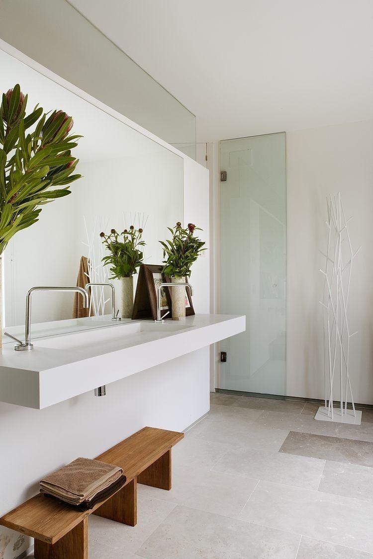 Schwebender Waschtisch Ohne Schrank Und Großer Wandspiegel