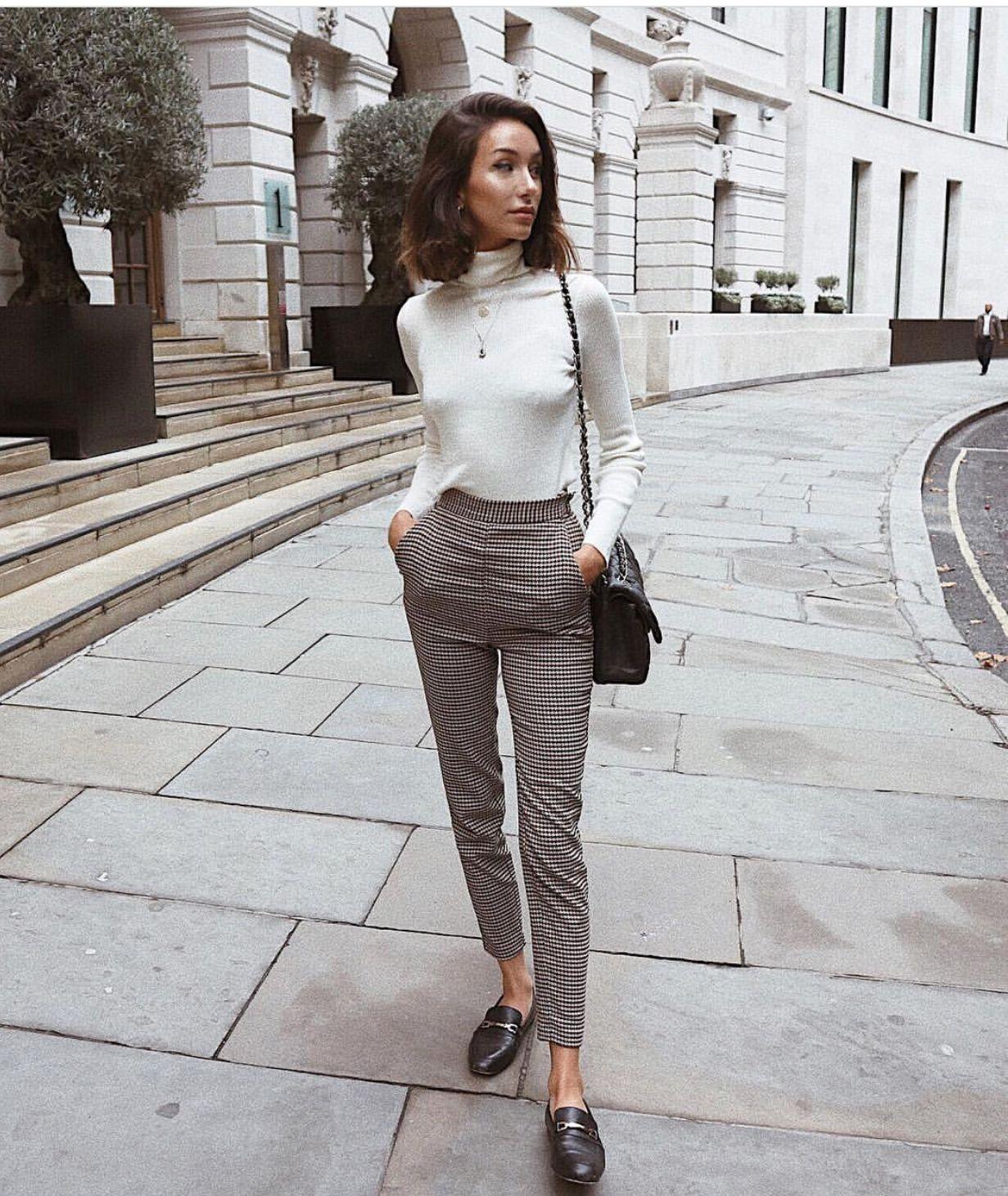 Pantalón cuadriculado, zapatos negros y blusa beige manga larga cuello alto #parisianstyle