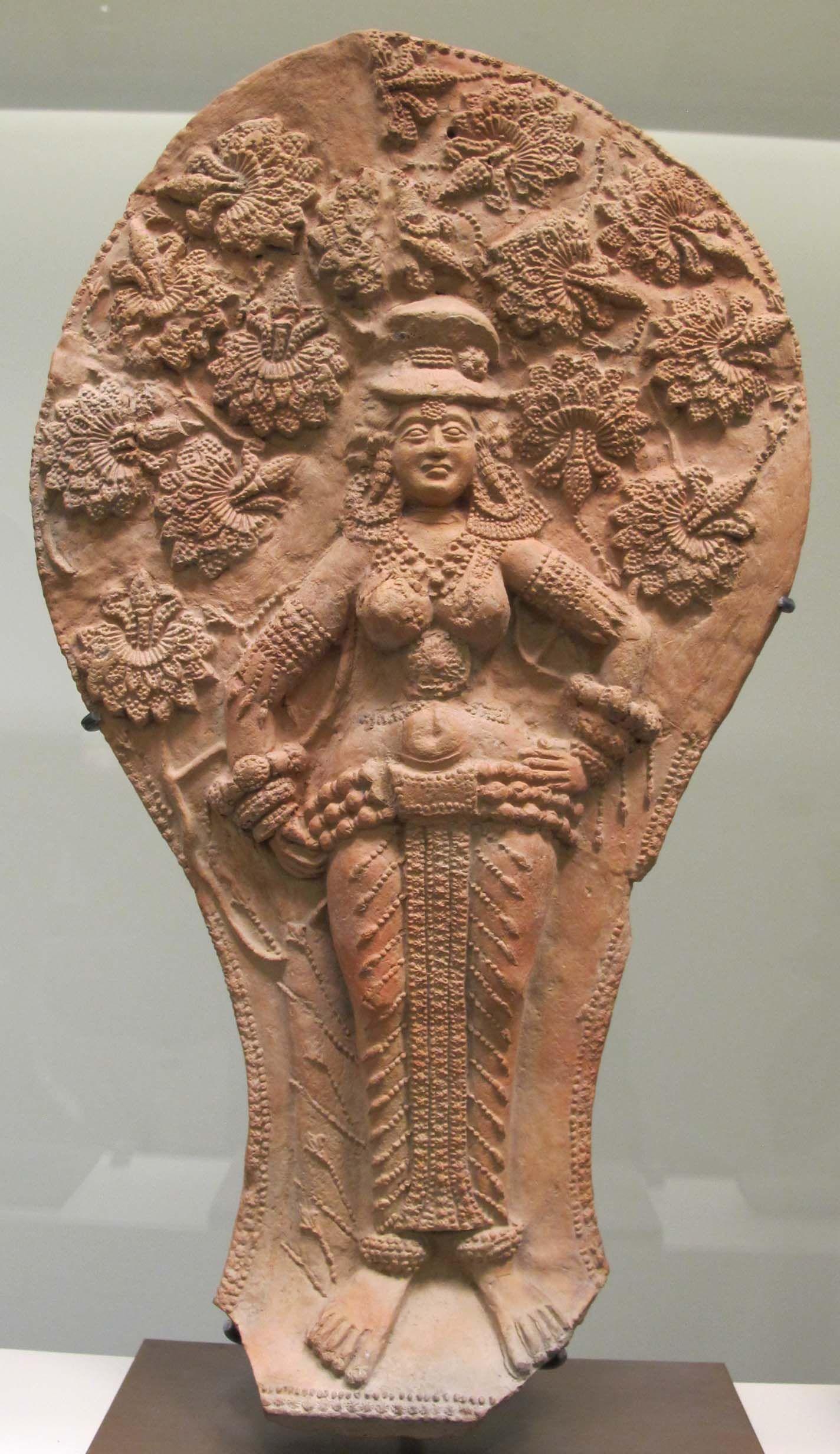 Yakshini. Chandraketugarth, Période Sunga. Terre cuite, iie‑ier siècle av. n. è, H. 20cm env. Musée Guimet
