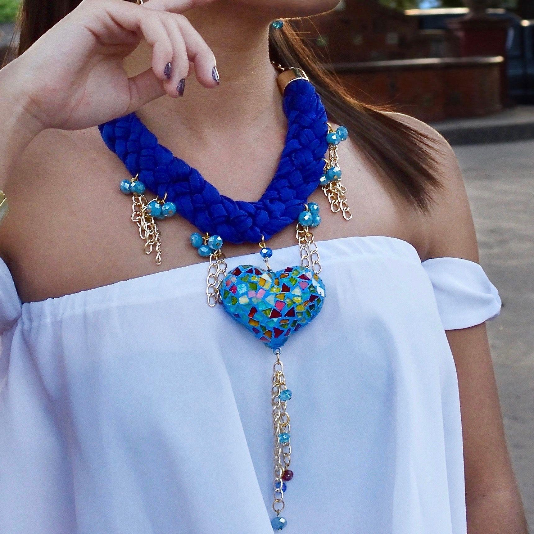 7fe4d42f1bb5 Bonito collar artesanal azul con vitral de colores en forma de corazon. Es  totalmente hecho