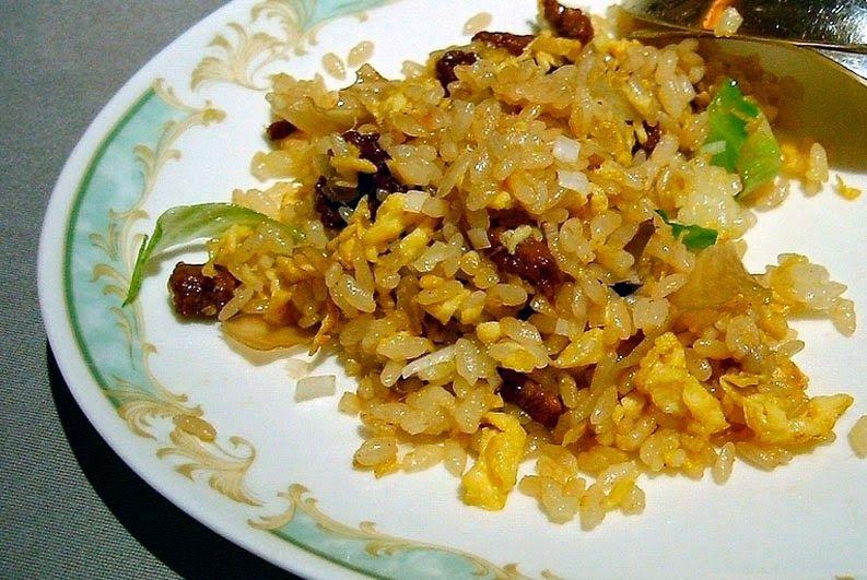 Yakimeshi - Arroz frito estilo japonés - Ingredientes: 250g o 2 tazas de arroz cocido o al vapor 1/4 de cebolla mediana (picada) un puñado de cebolleta china (picada) un puñado de jamón (picado
