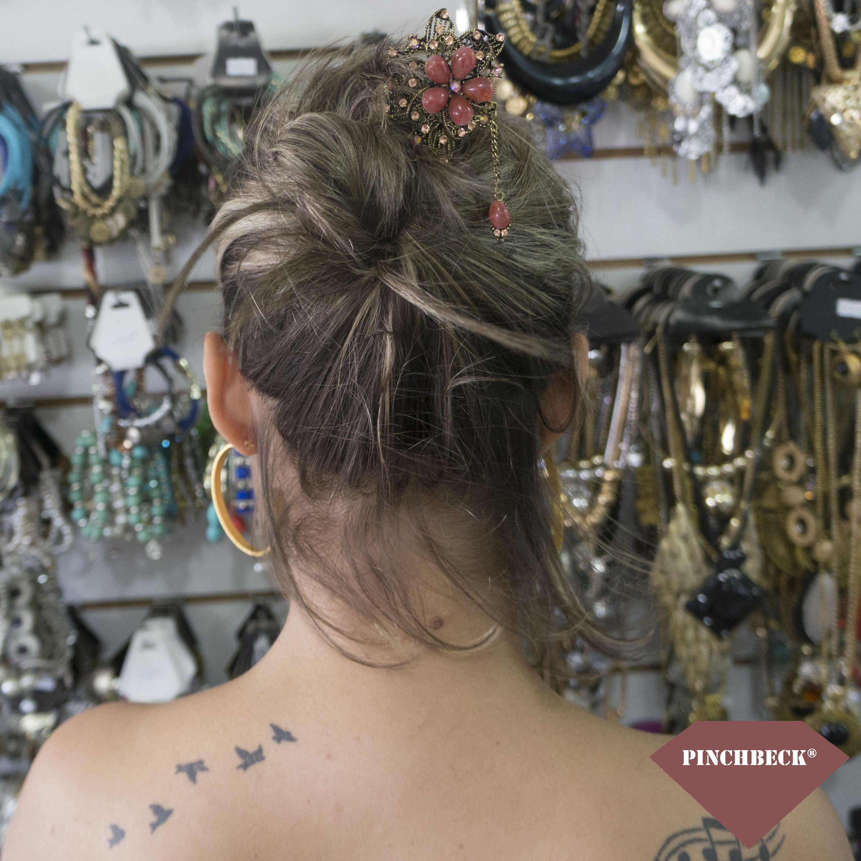A essência infantil não sufoca a força da mulher. Ly Vieira #pinchbeck #acessórios #cabelo #hashi #ouroenvelhecido #pedras #strass #terça #boatarde