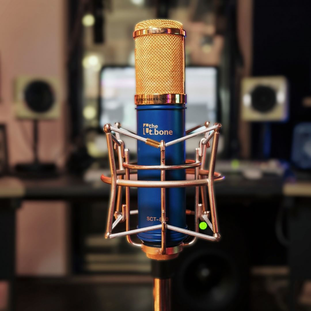 With Its Noble Blue Gold Look This Cardioid Tube Condenser Mic Suits Any Ambitious Recording Setup Whether It S Your Be Blue Gold Music Pics Songwriting
