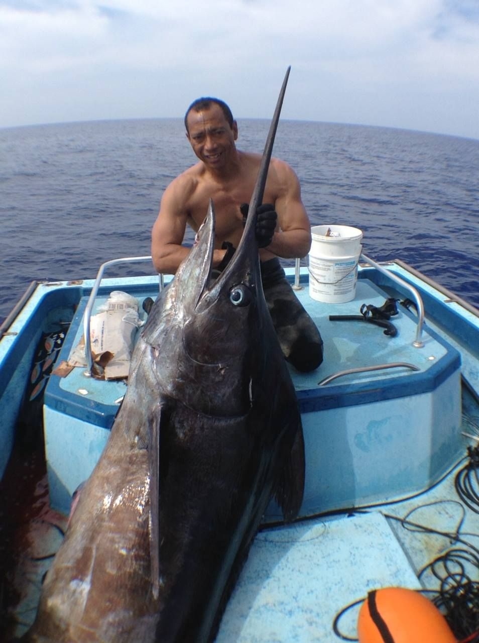 This May Be The Biggest Fish Ever Caught Spear Fishing In The State Wendell Ko Was The Diver Who Snagged The 400 Pound Marlin Off The Coast Big Fish Fish Freshwater Fish