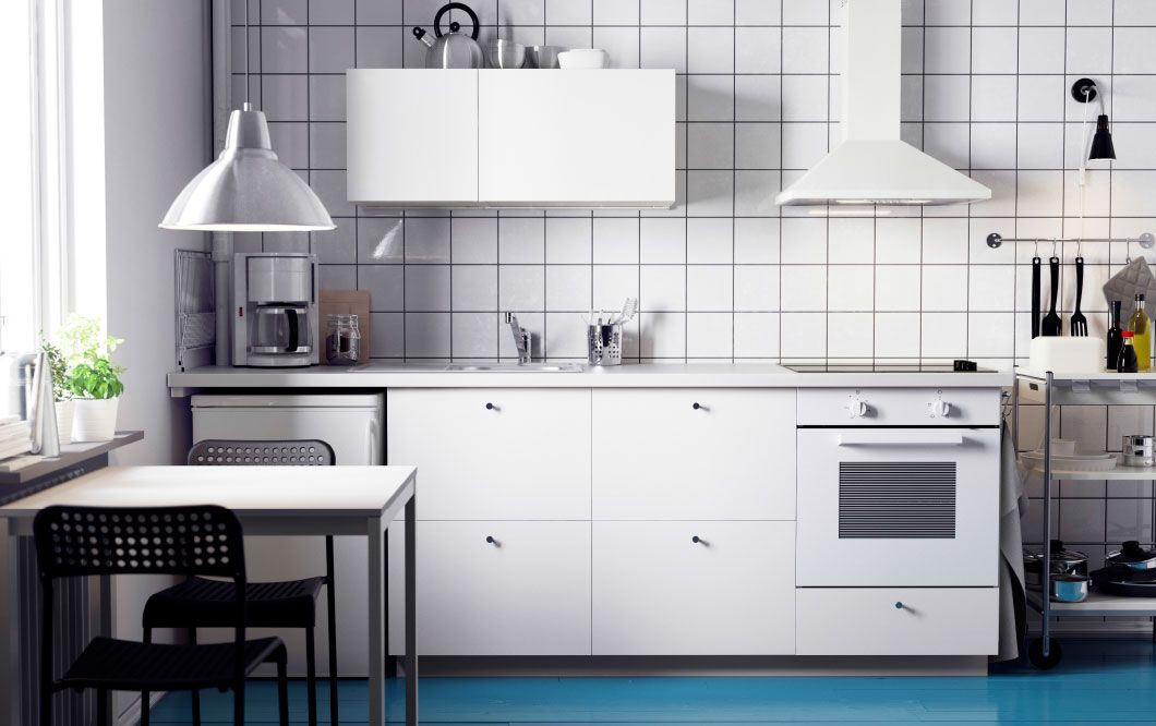 A white METOD kitchen with HÄGGEBY fronts, a white SILJAN worktop ...