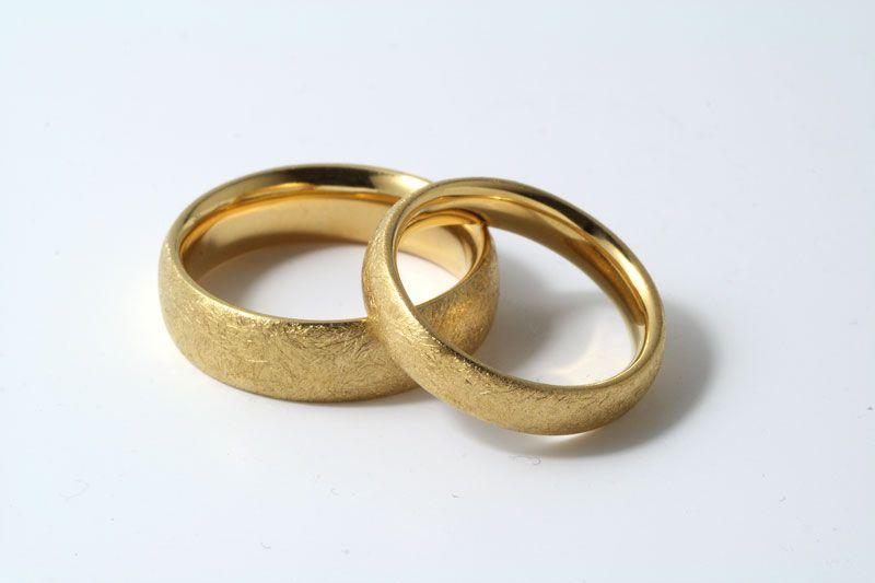 Eheringe gold matt gebürstet  Trauringe - Gelbgold, eismatt | Ringe | Pinterest | Trauring ...