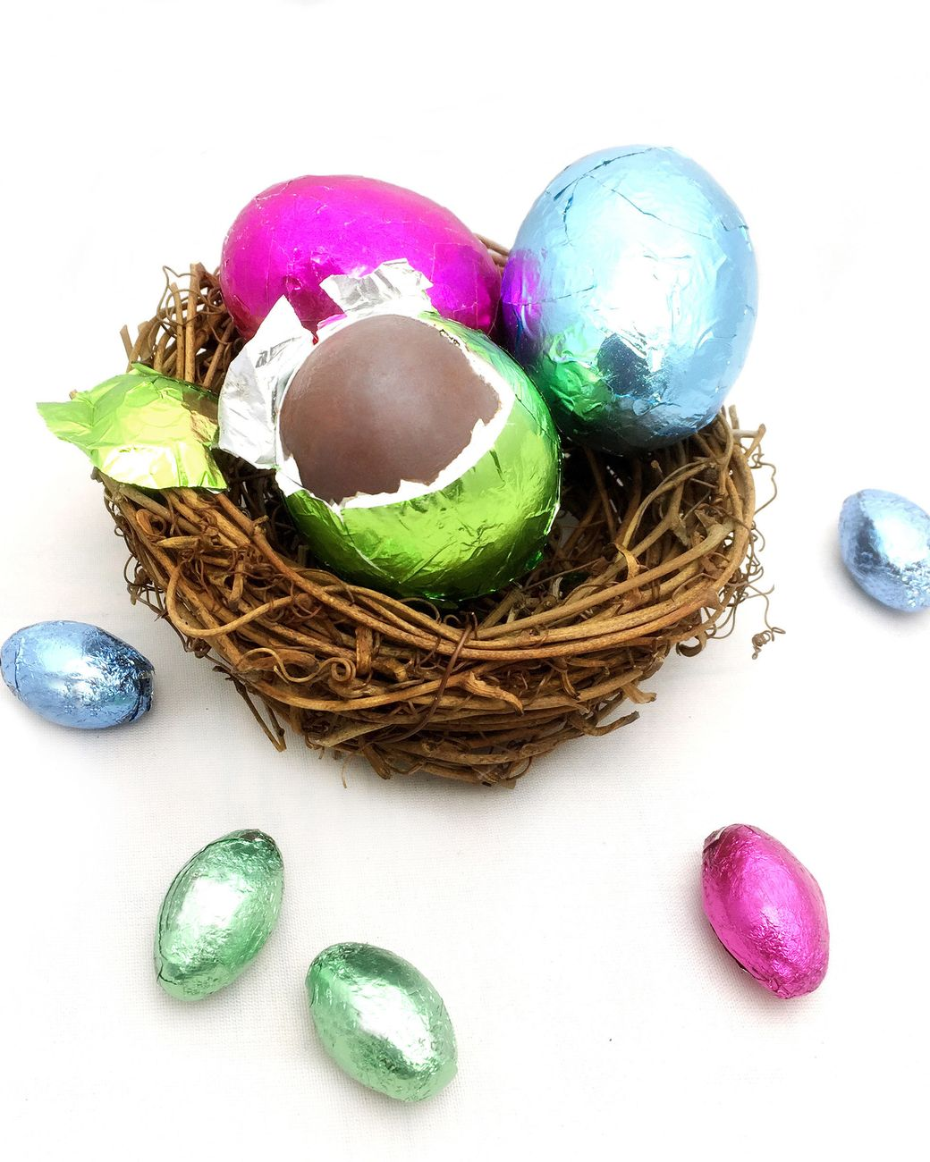 Peel away the colorful tinfoil and you'll find a sweet surprise! This idea for chocolate Easter eggs wrapped in foil works like magic: ordinary eggs are filled with solid chocolate.