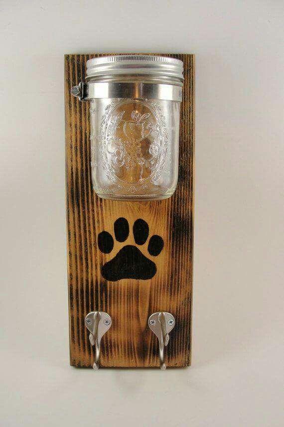 Photo of Hundeleinenhalter mit Glas auf Holztafel. Jar könnte für Leckereien verwendet werden …
