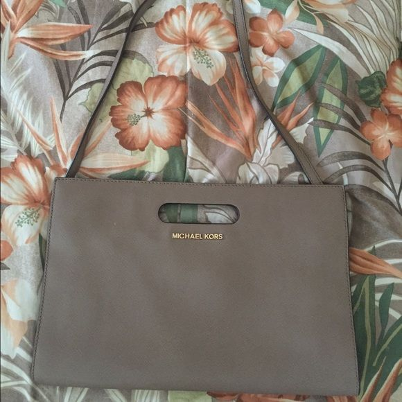 Michael KORS Clutch Beige/Taupe Michael kors clutch. Strap is removable or can be tucked in! Work 3x , basically new. As is. Lower price on Ⓜ️ Michael Kors Bags