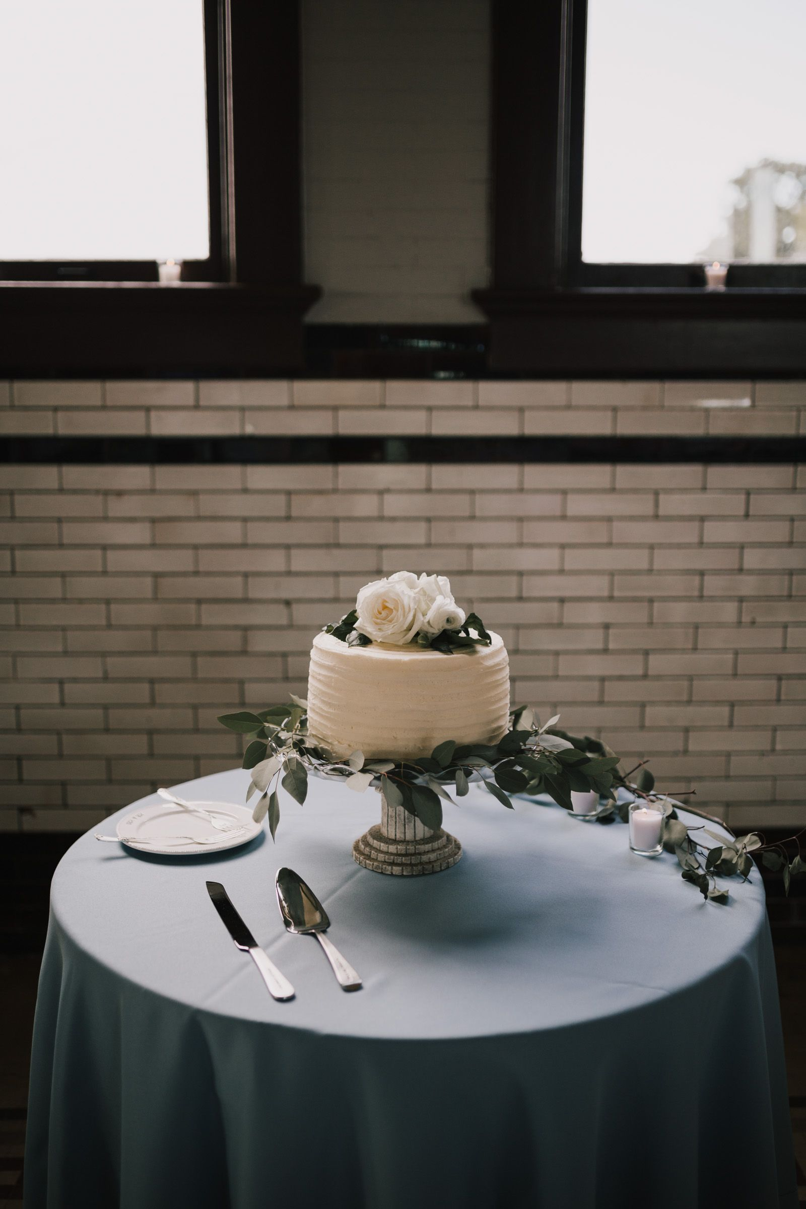 Meghan And Bryan Joyful Downtown Wedding In Indianapolis Wedding Cake Table Decorations Wedding Cake Table Simple Wedding Cake