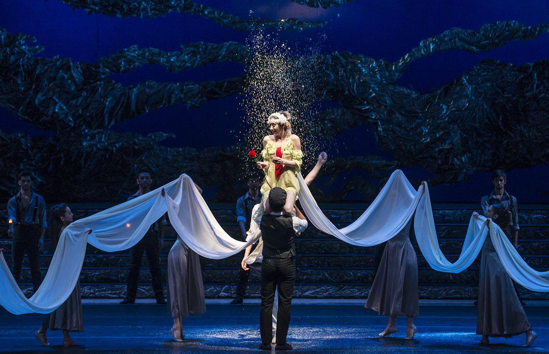 Zorba, el griego. Ballet de Santiago. Madame Hortense: M. Dolores Salazar, Zorba: José Manuel Ghiso y John: Gabriel Bucher. Foto: Patricio Melo