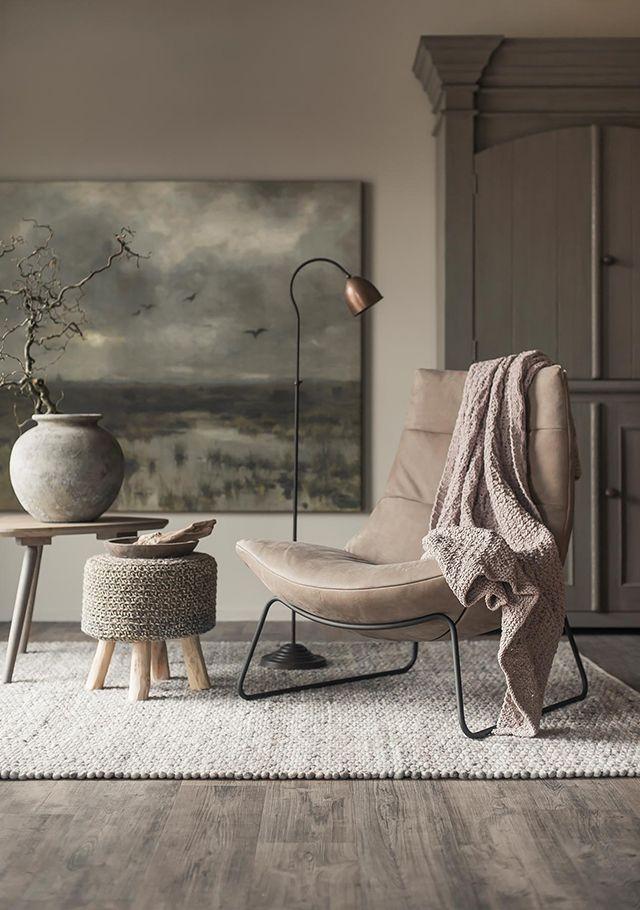 Un coin lecture chic avec fauteuils en cuir Un lampadaire Un tabouret au crochet | Diyundhaus.com   – Art in Your Home | Kunst zu Hause