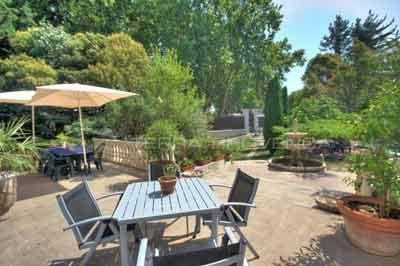 Jardin des Chambres d\'hôtes à vendre à Orange dans le Vaucluse ...