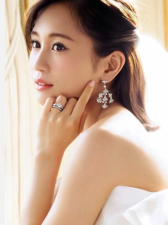 白いドレス姿の前田敦子➁