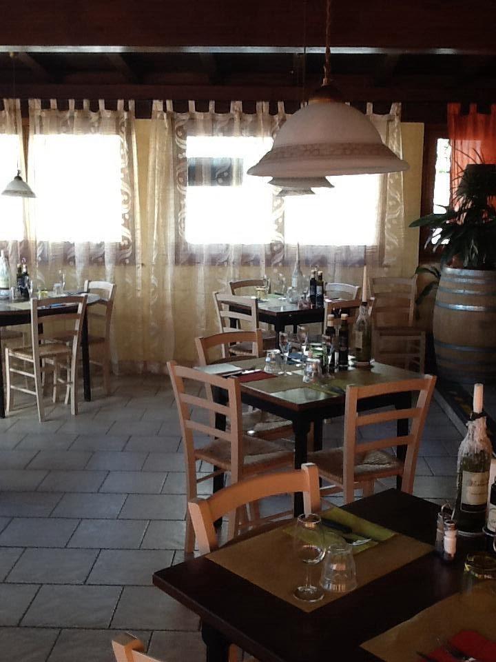 Tavoli 4 gambe con piano in legno massello e sedie - Tavoli e sedie per pizzeria ...