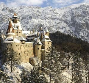 """Bran Castle (romeno: Castelul Bran; alemão: Törzburg; húngaro: Törcsvár), situado perto de Bran e nas imediações de Brasov, é um monumento nacional e um marco na Roménia.  Comumente conhecida como """"Castelo do Drácula"""" (embora ele é um entre vários locais ligados à lenda de Drácula, incluindo o Castelo de Poenari e Hunyad Castelo), que é comercializado como a casa do personagem-título em Drácula de Bram Stoker.  por taren Madsen"""